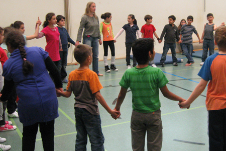 Kinder in der Turnhalle